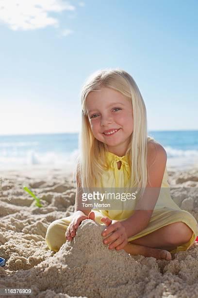 Fille faire Château de sable sur la plage