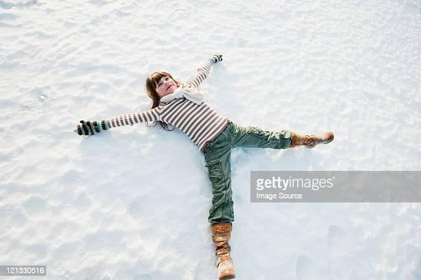 Frau machen Schnee-Engel