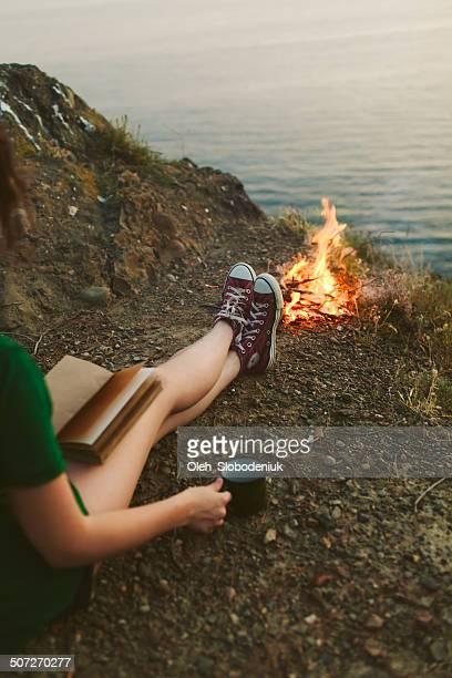 Mädchen in der Nähe des Lagerfeuers