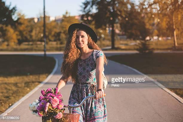Mädchen auf dem Fahrrad auf Herbst Morgen
