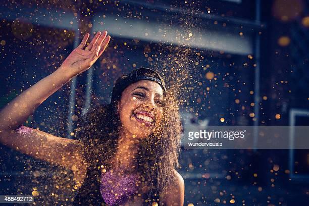 Mädchen auf eine Stadt, Straße in die Luft werfen gold glitter