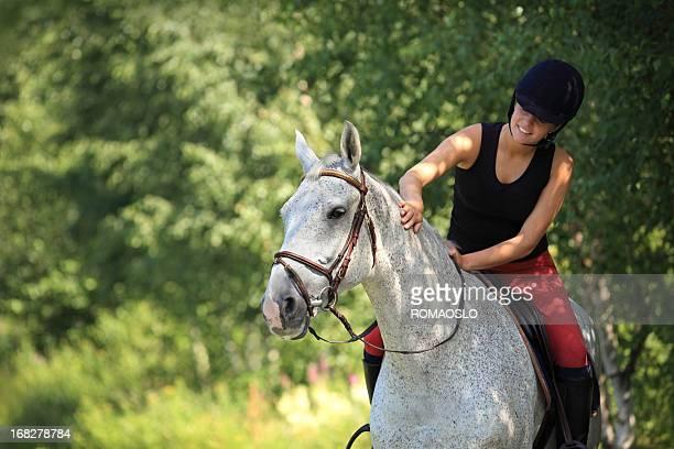 Fille à cheval dans la forêt, la Norvège