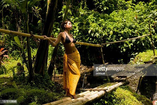 Mädchen in Regen Wald