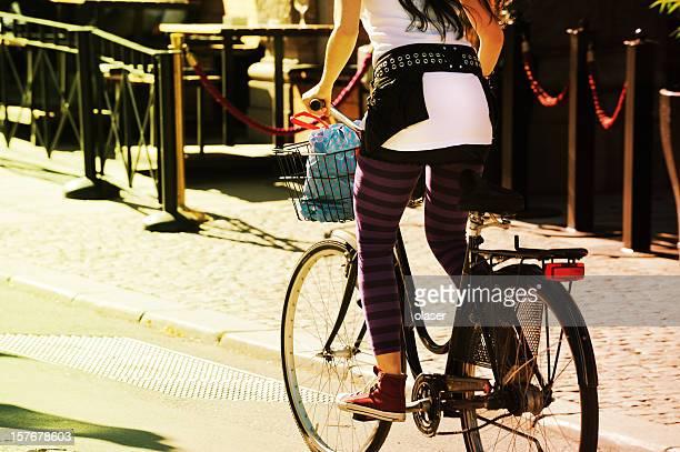 Ragazza in bicicletta nel traffico