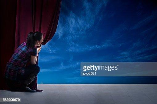 Menina Abre a cortina e a entrada no mundo mágico : Foto de stock
