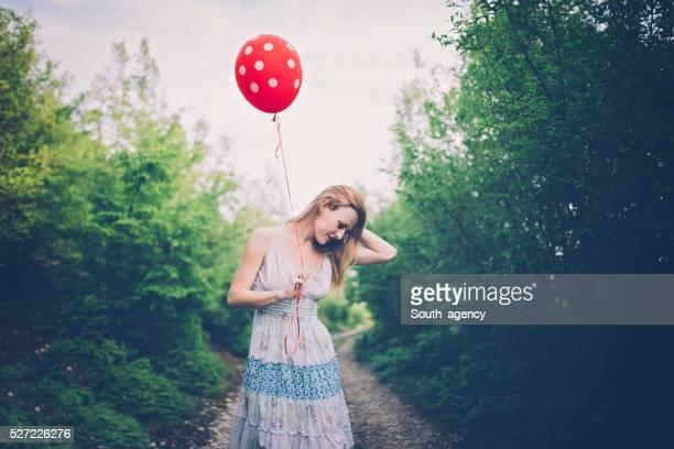 Mädchen im Freien halten Balloon