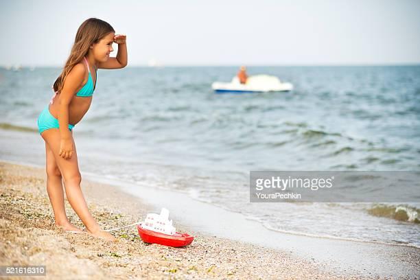 Mädchen spielen im Ufer