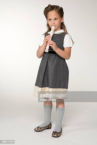 Ein Mädchen spielt eine Aufzeichnung