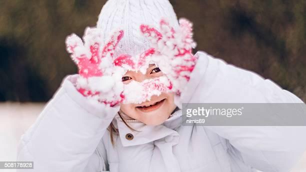 (Mädchen) (6 – 7) Spielen im Schnee