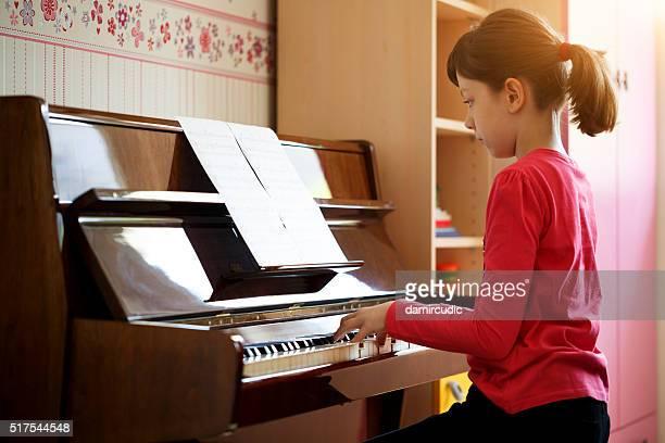 La jeune fille jouant du piano