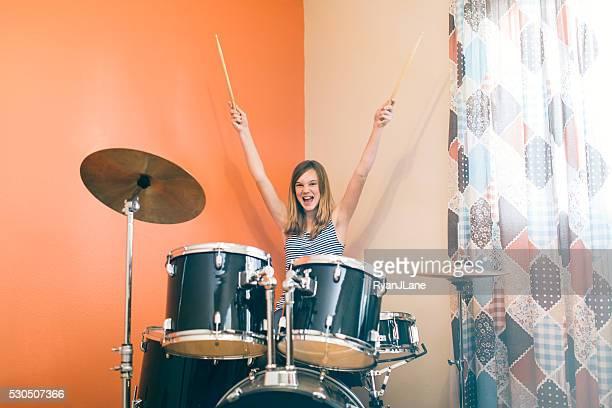 Niña tocando tambores de Rock and roll