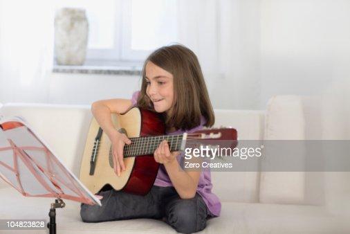Girl playing the guitar : Bildbanksbilder