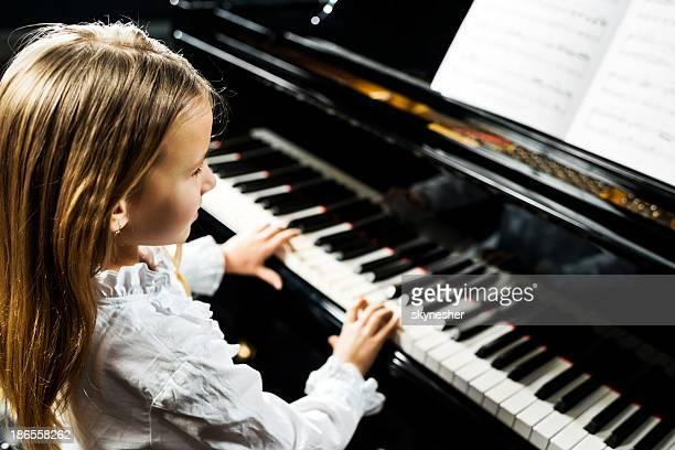 La jeune fille jouant du piano.