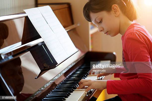Mädchen spielen Klavier