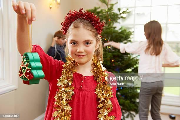 Fille jouant avec des décorations de Noël