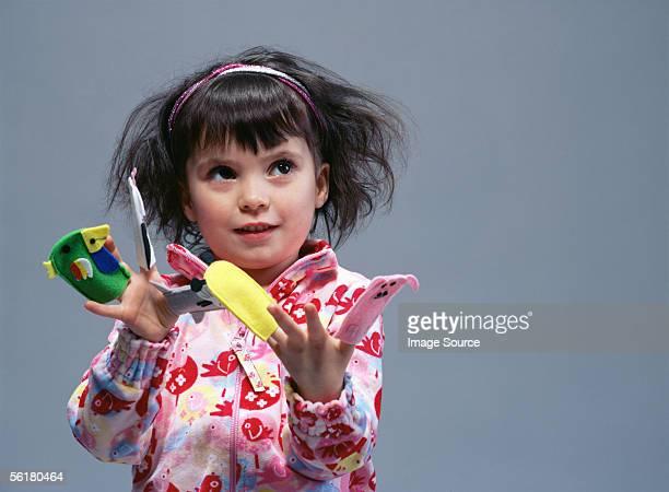 Menina a brincar com o dedo puppets