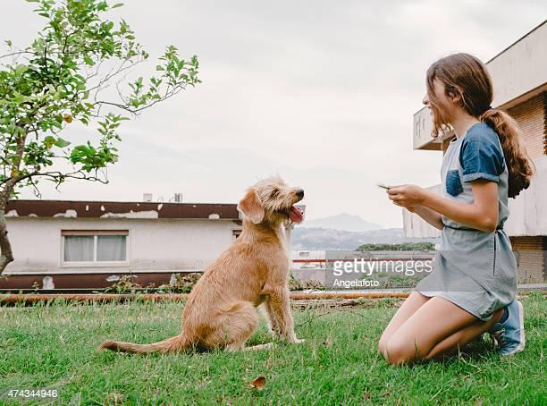 Mädchen spielen mit Ihrem Hund
