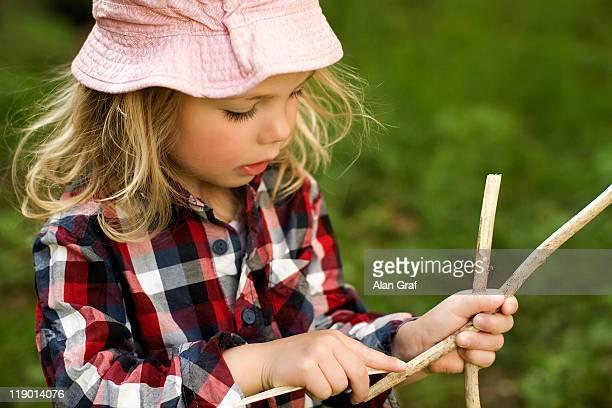 Niña jugando con barras al aire libre