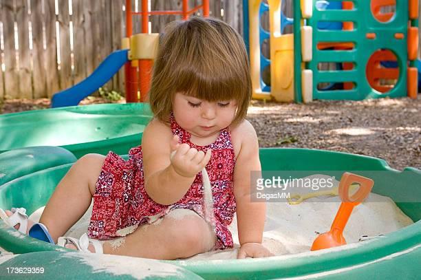 Mädchen spielen im Sandkasten