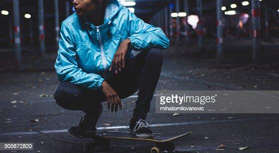 女性にポーズを取るスケートボード
