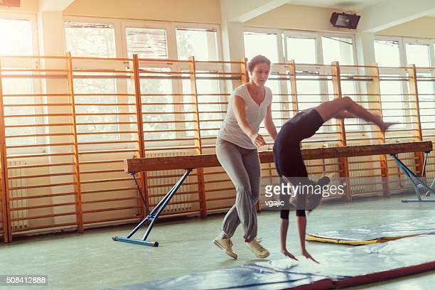 Fille de pratiquer la gymnastique