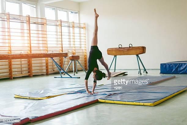 Chica practicar gimnasia