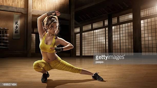 Chica practicando artes marciales en Dojo