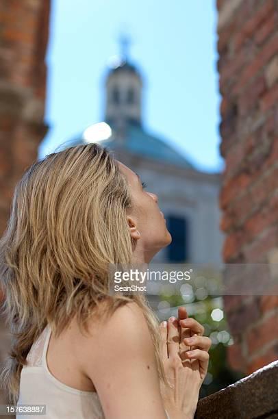 Menina perto de Igreja a Rezar