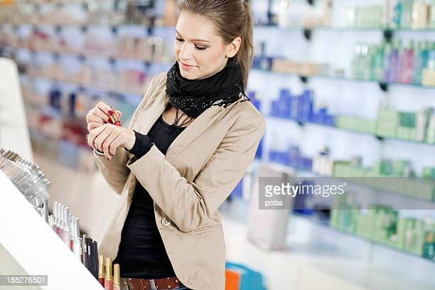 Fille des achats dans le magasin de beauté cosmétiques