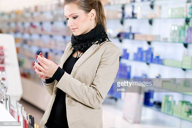 Mädchen Einkäufe Kosmetik in das beauty shop