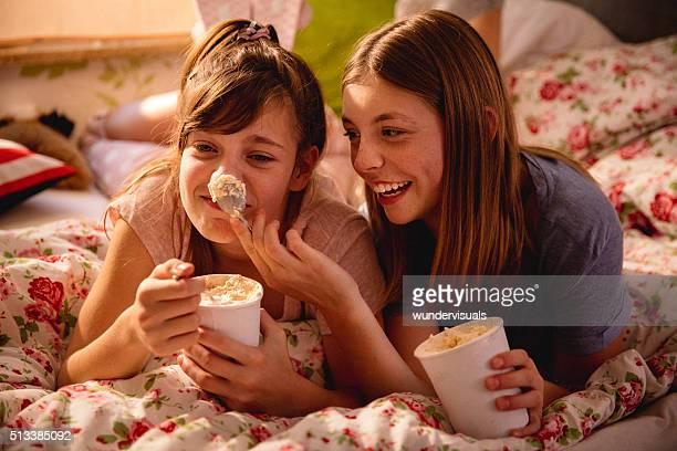 女の子 パッティングアイスクリームの鼻の上の友人とおもちゃ