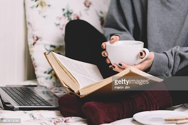 Mädchen liest ein Buch wie zu Hause fühlen