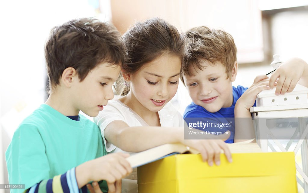 Girl reading a book for friends : Stockfoto