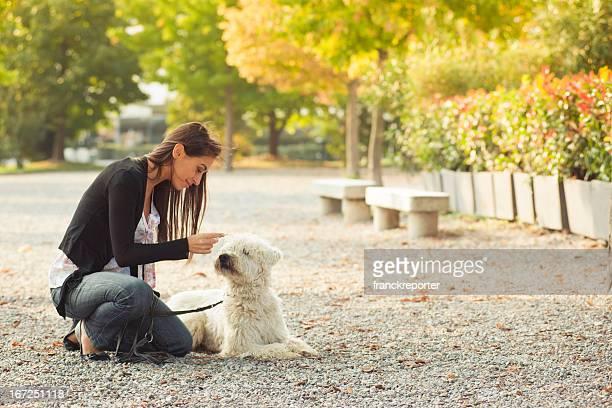 Mädchen entspannend mit Hund im park