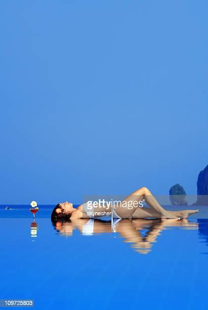 Fille de détente sur l'eau.