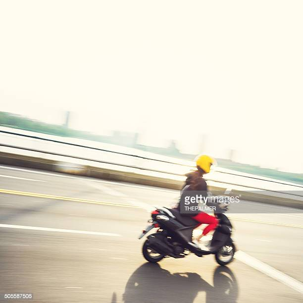 Mädchen befreit ein Motorrad