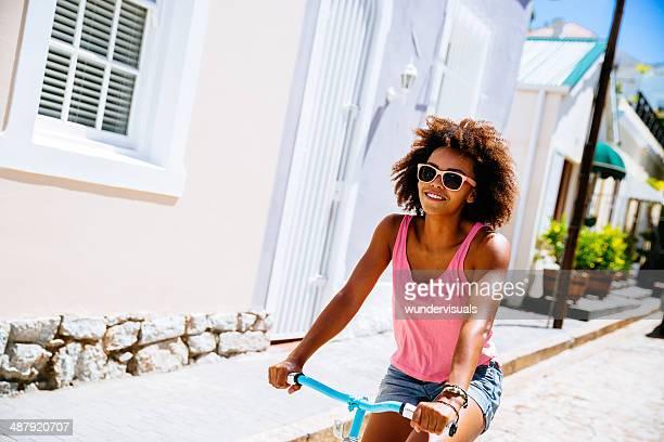 Ragazza andare in bicicletta per la strada