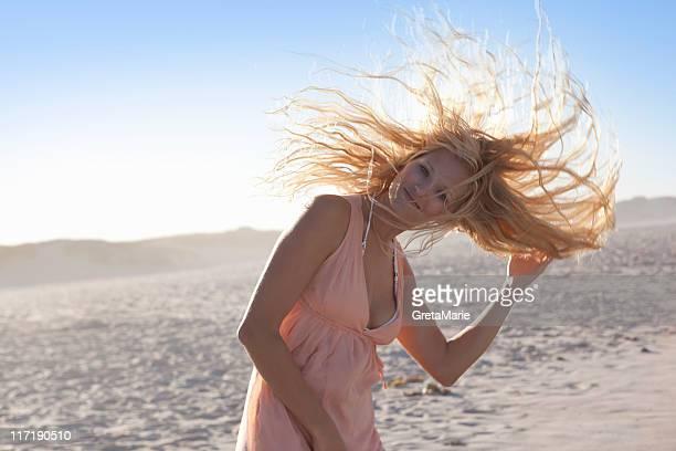 Mädchen schütteln Haar