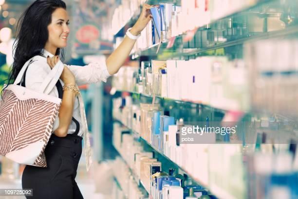 Femme shopping pour les produits cosmétiques