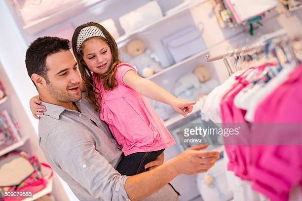 Mädchen shopping mit ihrem Vater