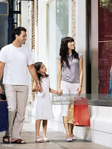Mädchen shopping mit Eltern