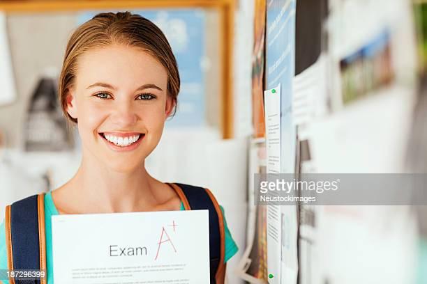 Fille montrant un examen rapport avec un niveau du Collège