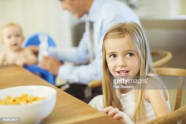 Mädchen sitzt Am Frühstückstisch
