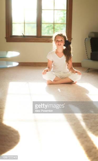 Jeune fille assise près de la fenêtre