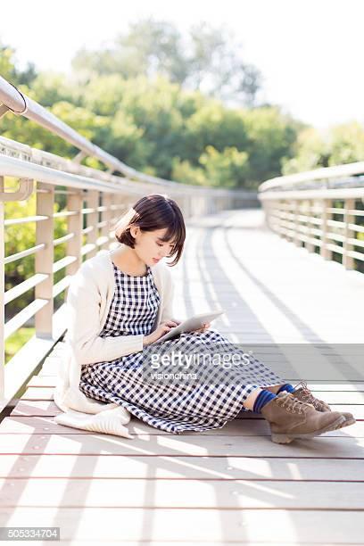 Fille assis sur le pont