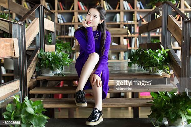 Mädchen sitzt auf der Treppe
