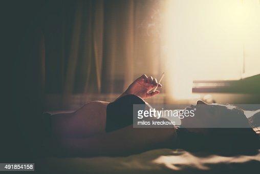 女性のベッドルーム(喫煙)