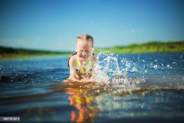 Mädchen Baden im Fluss