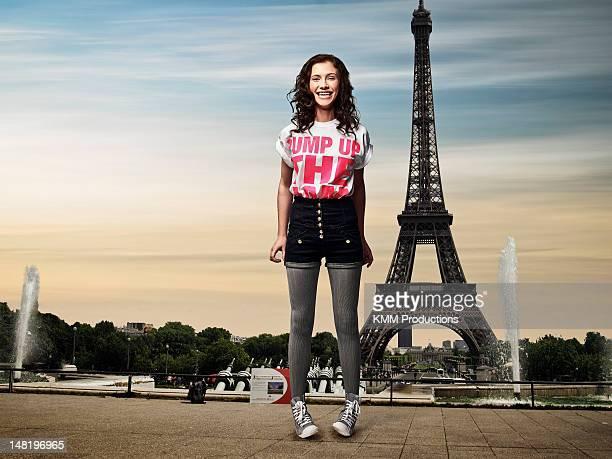 Fille en face de la tour Eiffel
