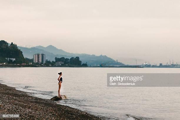 Ragazza in piedi sulla spiaggia